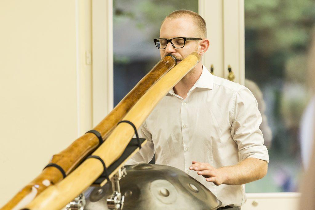 Philipp Gerisch 2019 Livemusik Vernissage Ausstellung Didgeridoo Percussion Handpan Pantam Hang Drum (Foto von Matthias Ritzmann)